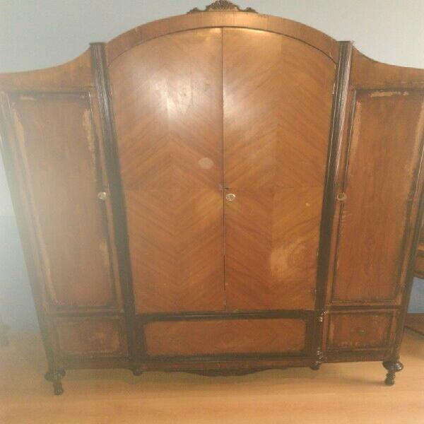 ropero antiguo de madera fina
