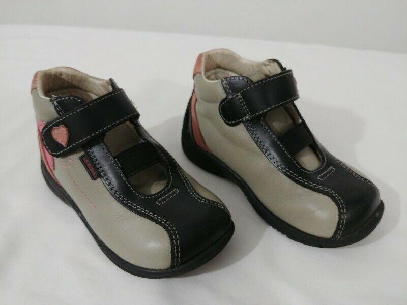 Zapatos media bota de piel, marca Sandy; colores: gris con