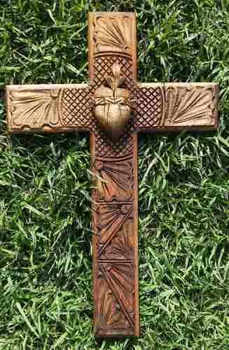 Cruz De Madera De 40cm Grabada Con Corazón Espinado