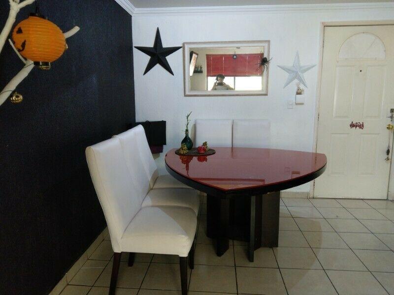 Sala de piel y comedor modernista