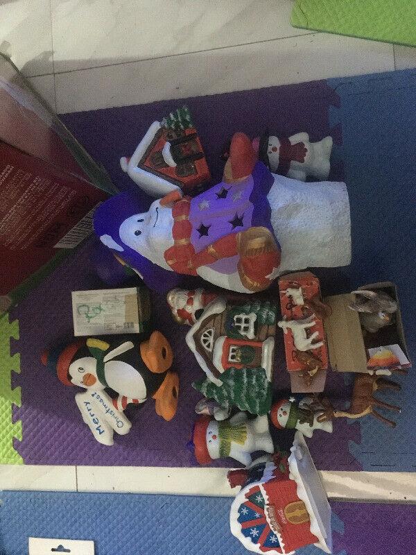 Variedad de figuras decorativas navideñas