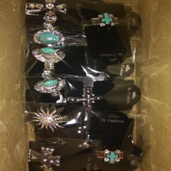 Lote de Collares, Aretes, llaveros y anillos de bisutería y