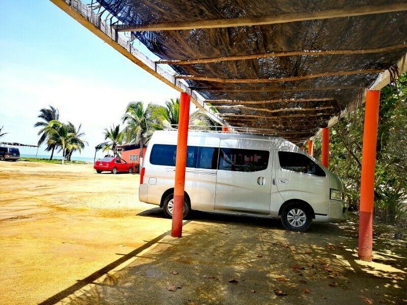 Renta de camioneta con chófer para 13 personas