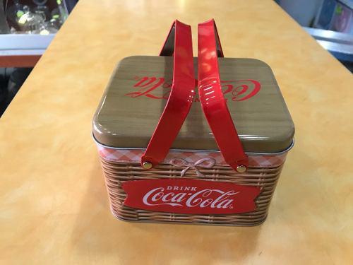 Lata De Marca Coca Cola En Forma De Canasta De Campo