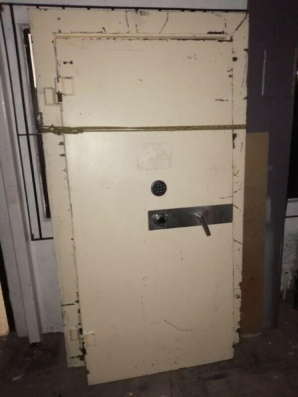 Se vende puerta de bóveda con combinación mecánica y