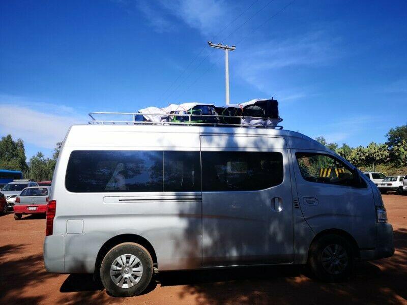 Renta de camioneta Urvan con chófer para 12 pasajeros