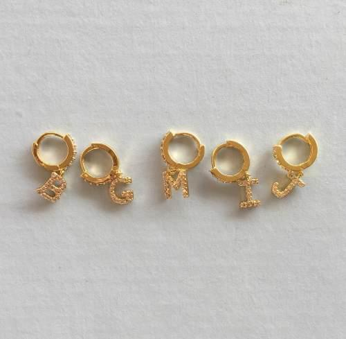 Mini Arracadas En Chapa De Oro Con Letra Y Circonias