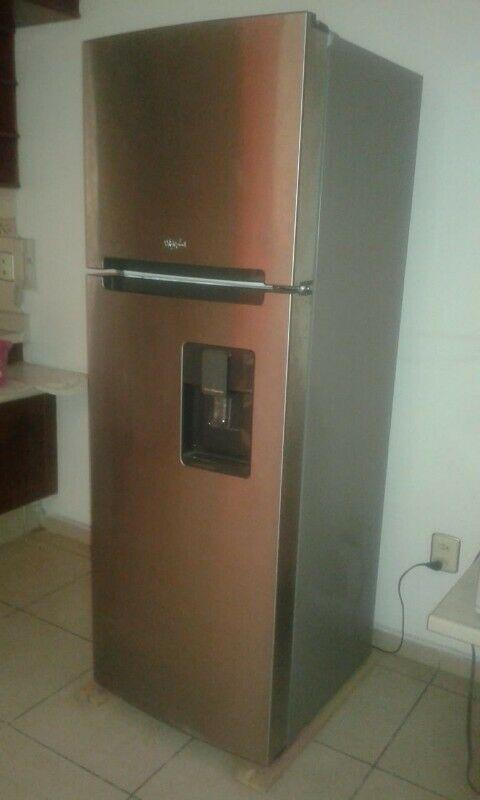 Se vende refrigerador Whirlpool recién desempacado de acero