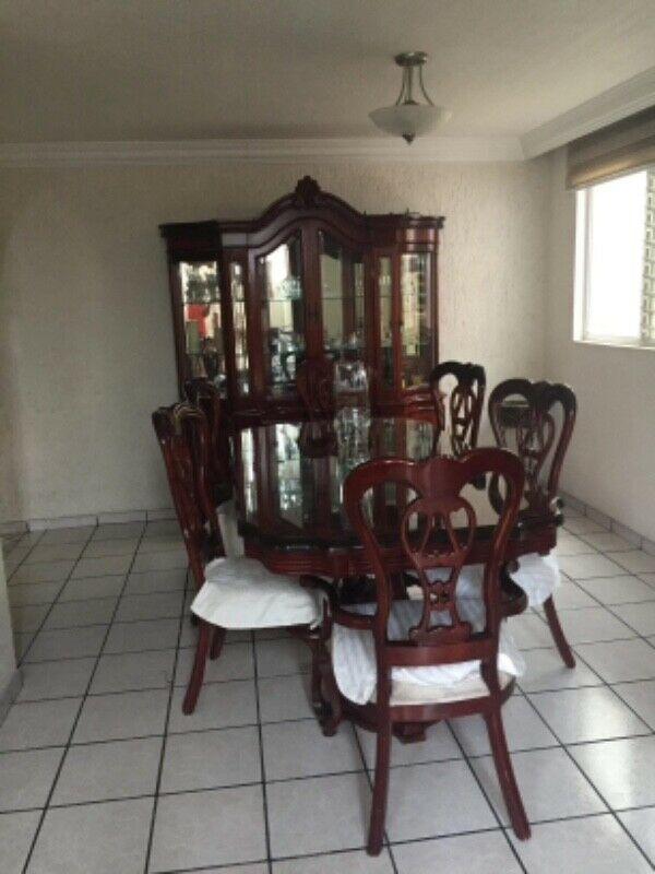 Comedor clásico y vitrina chapa de raíz, 6 sillas