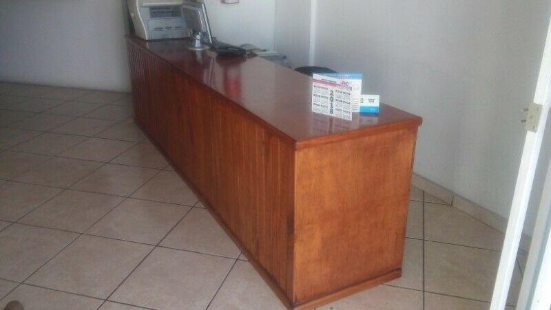 Mueble mostrador de madera de pino