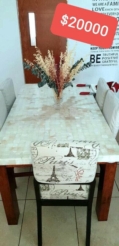 Comedor de madera y cubierta de onix