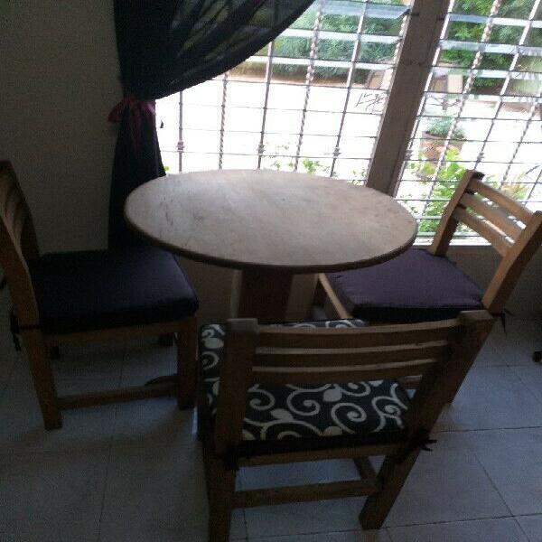 Mesas redondas y sillas de madera sólida