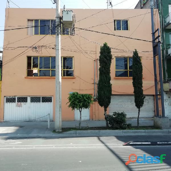 Casa con 3 departamentos independientes en Av. Eduardo