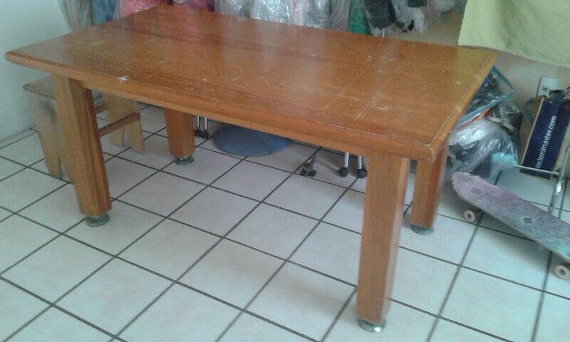Mesa de madera para comedor.