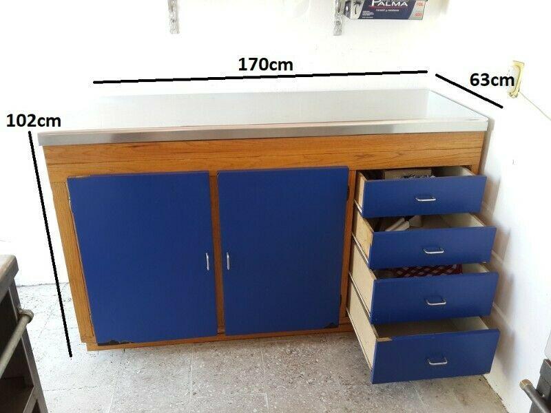 Mesa de trabajo de acero inoxidable con mueble de madera