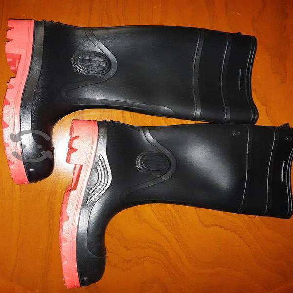 Botas de plástico con casquillo