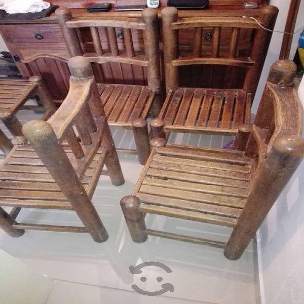 Comedor rústico con sillas y trinchero