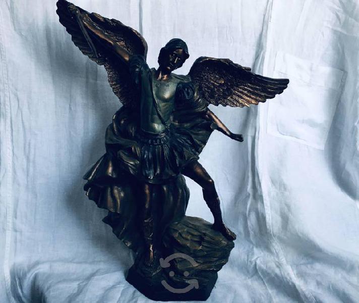 Figura de San Miguel Arcángel, en resina