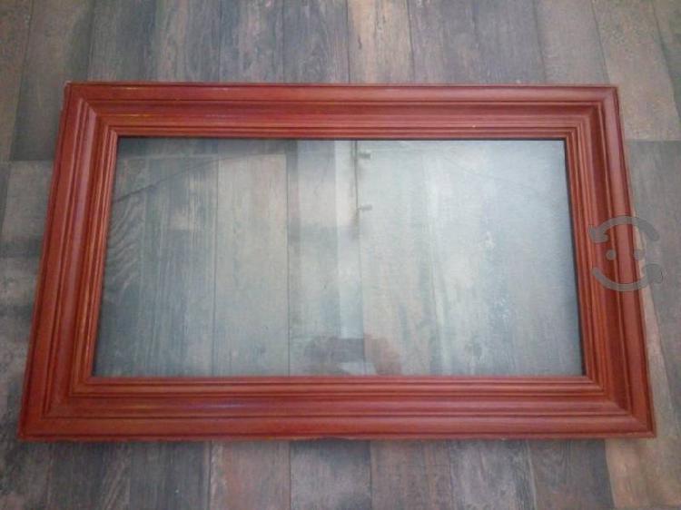 Marco de madera en perfecto estado con vidrio.