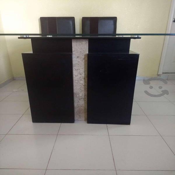 Mesa cuadrada de madera color chocolate