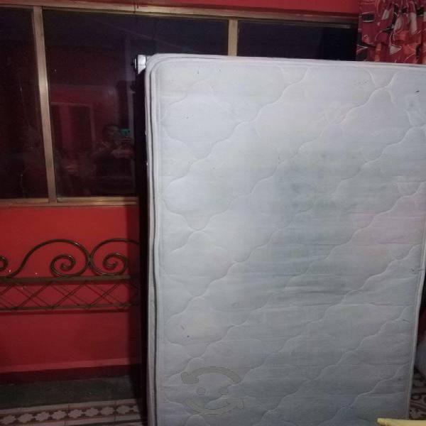 Se vende 2 camas con base reforzada con colchon