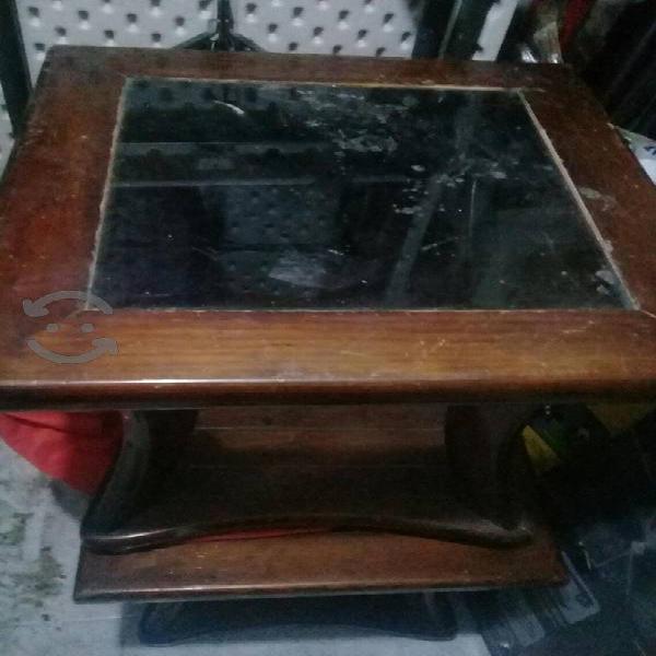 juego de mesas de madera con vidrio