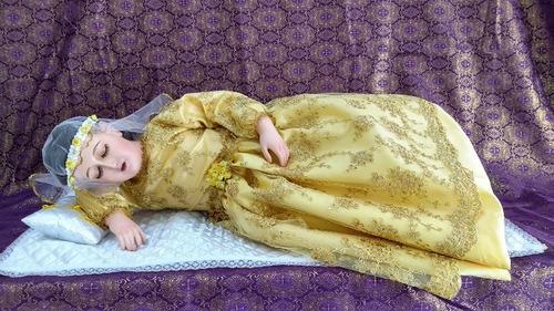 Divina Infantita O María Con Vestido Dorada Decorada 85 Cm