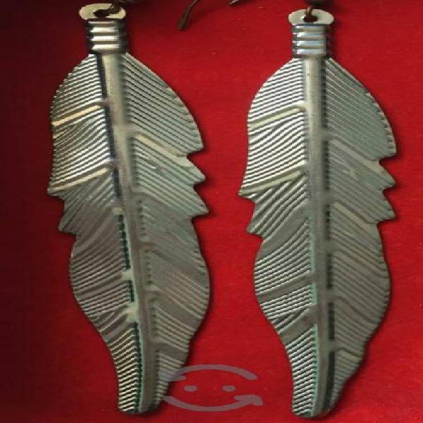 aretes plateados en forma de pluma