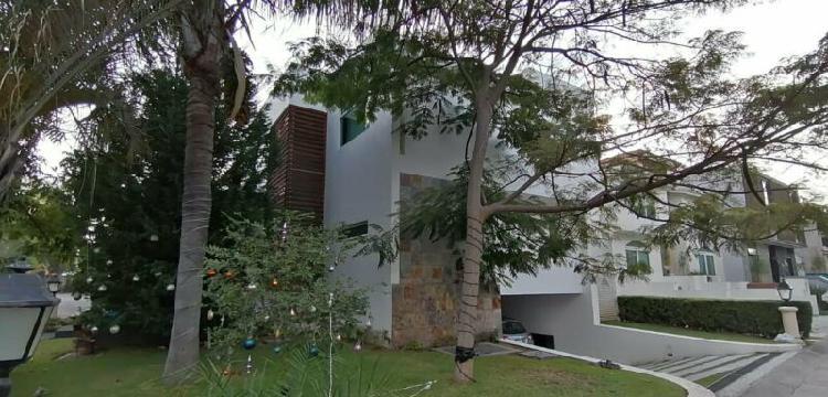 Moderna Casa en Renta en Valle REal