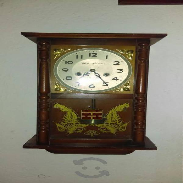 reloj de pared antiguo de cuerda