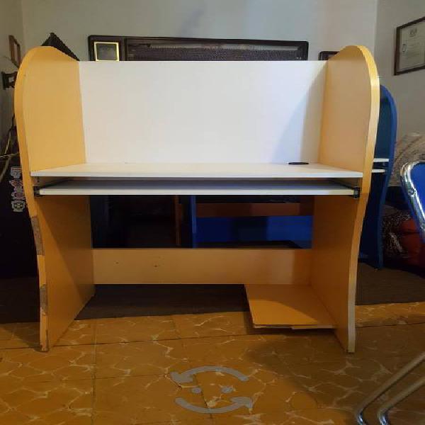 Mueble para computadora amarillo buenas condicione