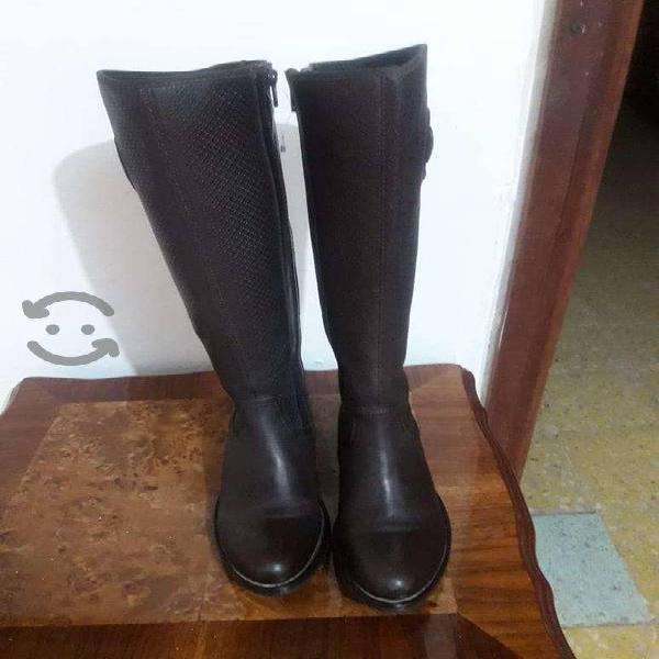 Se venden botas de piel para mujer talla 23