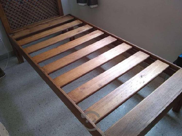 Cama individual y cabecera de madera