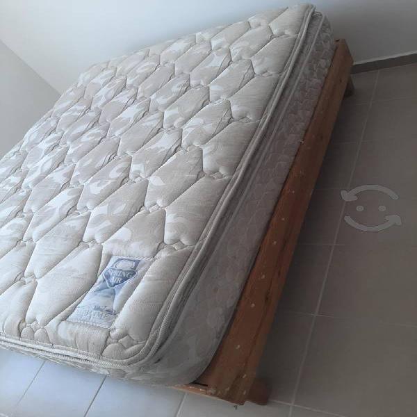 cama matrimonial con base de madera