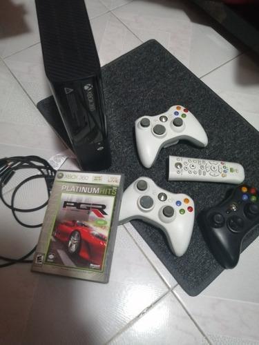 X Box 360 E Negro, Con Tres Controles, Un Juego Y Un Mando