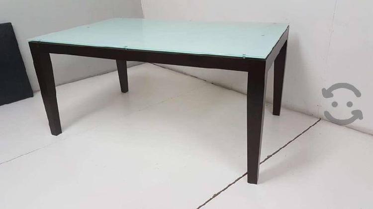 Mesa de madera con cubierta de cristal blanco