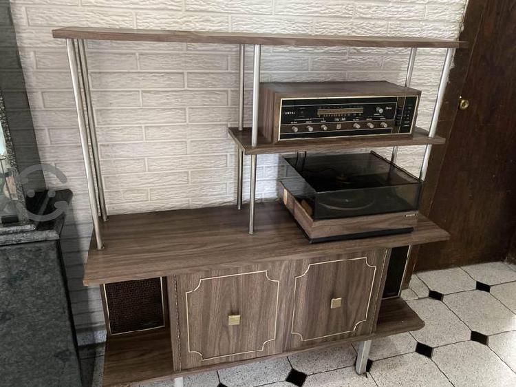 Mueble con tocadiscos y bocinas antiguo