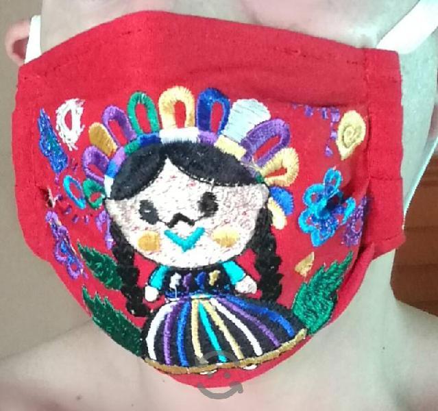 Cubrebocas bordados artesanalmente