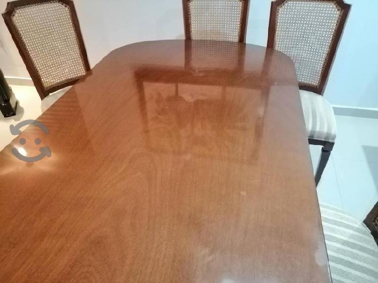 Comedor de madera de 6 sillas con bufetero.