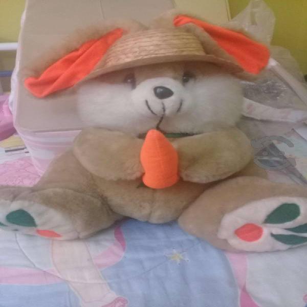 Conejo de peluche con sombrero