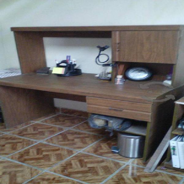 Escritorio de madera con gabinete y esquinero