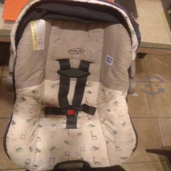 Porta bebe con base para auto marca Evenflo, usada