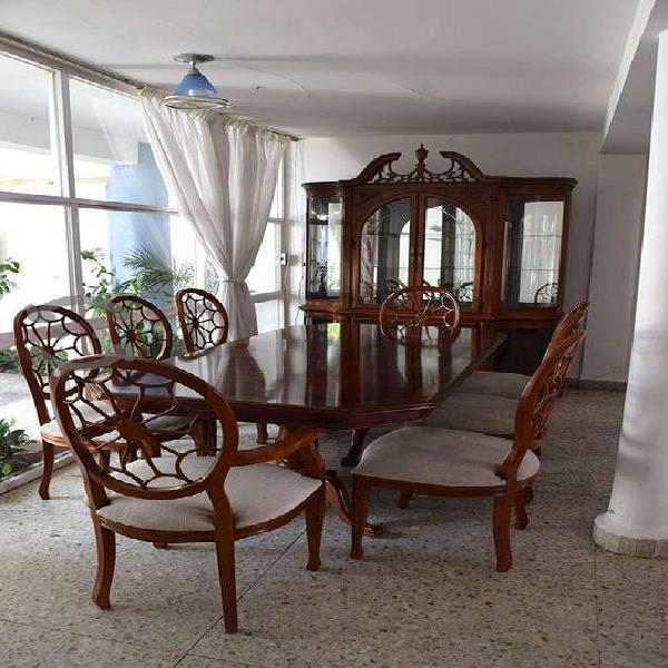 Comedor de caoba 8 sillas y vitrina