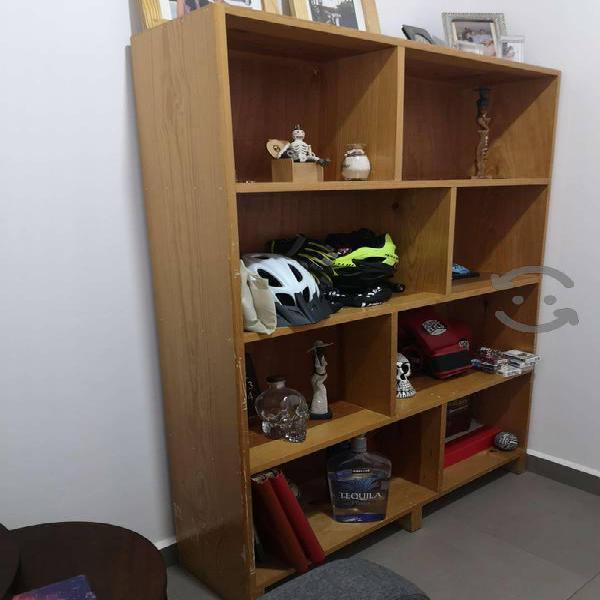 Librero de madera usado en buen estado