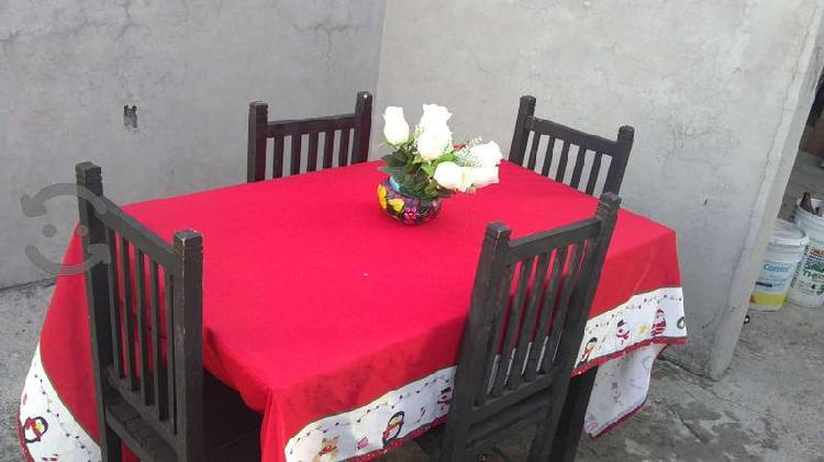 Set de Mesa con Cuatro Sillas de Madera.
