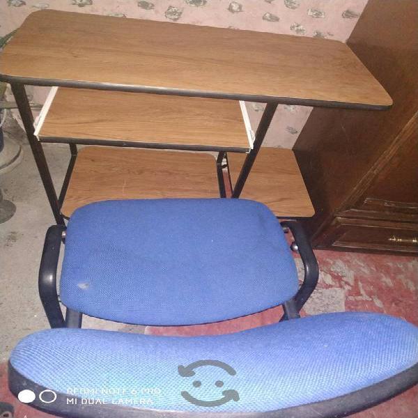 silla y mueble para computadora