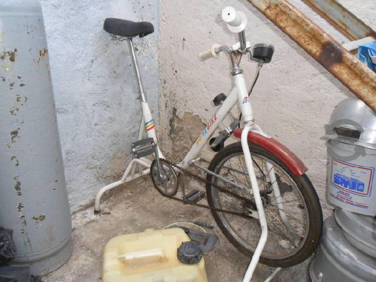 Bicicleta fija para hacer ejercicio.