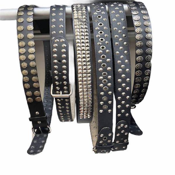 Cinturón de piel con estoperoles, picos y botones