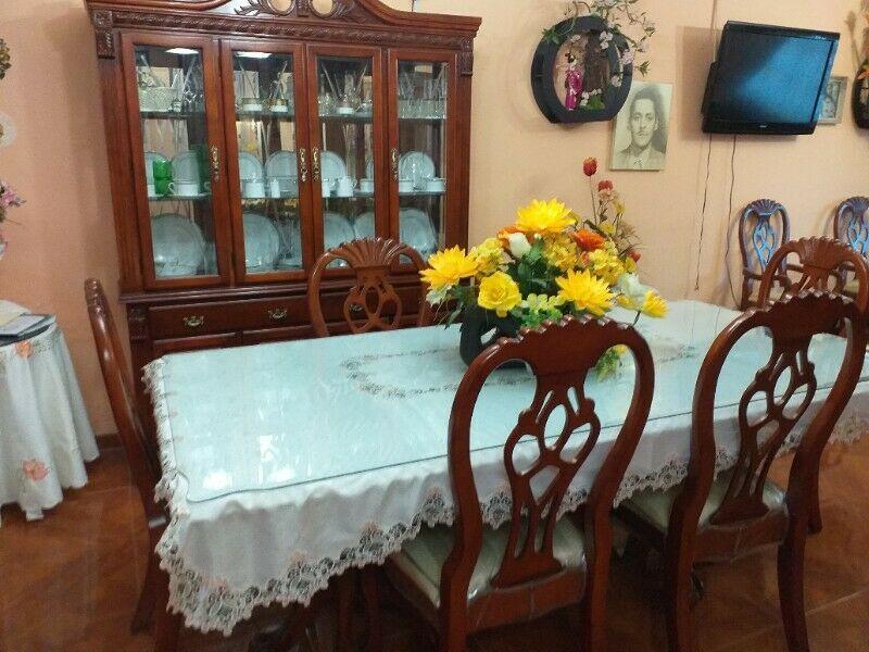 Se vende Comedor de 8 sillas, y sala de piel (no es vinil)