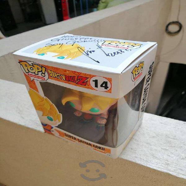 Funko pop de Goku autografiado por Mario Castañeda